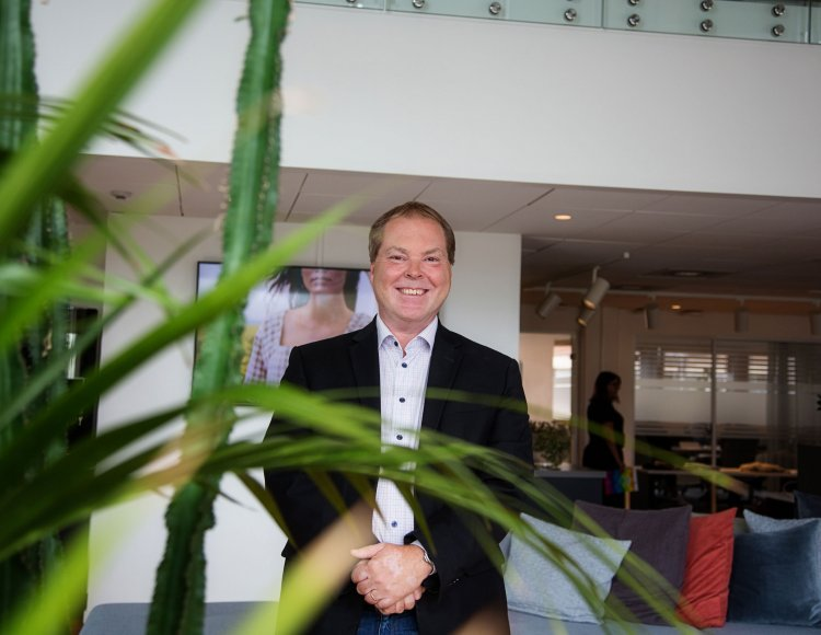 Johnny Eriksson, HR-chef Johnny Eriksson står i ljushallen på Ellos huvudkontor i Borås.