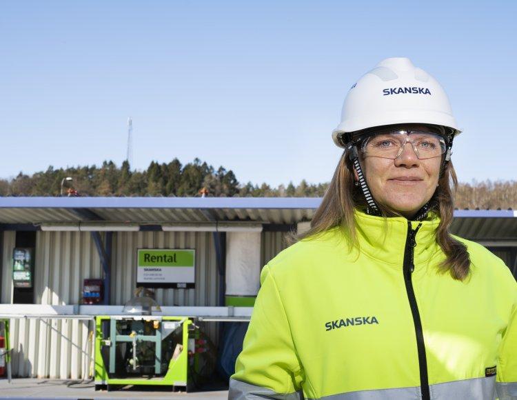 Hanna Gustafsson, Skanska. Hon står utomhus med skyddshjälmen på.