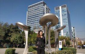 Elsa Stefenson i utanför Business Swedens kontor i Chile.