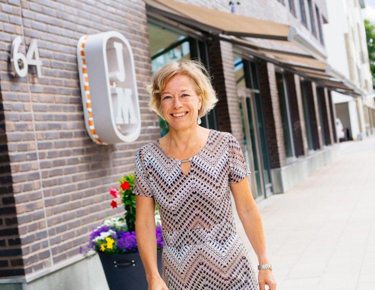 Helena Söderberg, HR-direktör på, ståendes utanför JM:s huvudkontor.