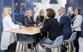 Eva Brike med kollegor på Resurs Holding. Foto: André de Loisted