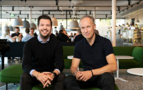 Niklas Hedin och Joacim Svärd sitter i Centiros lokaler i en grön soffgrupp.