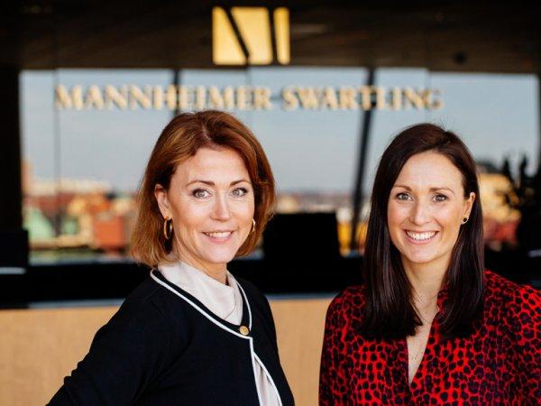 Karin Mendel och Johanna Ärlund står med Mannheimer Swartling-loggan bakom sig.