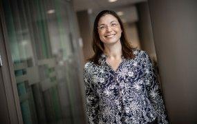 HR-direktör Maria Rosén, Gävle kommun, ler glatt in i kameran med en mönstrad svart och vit blus.