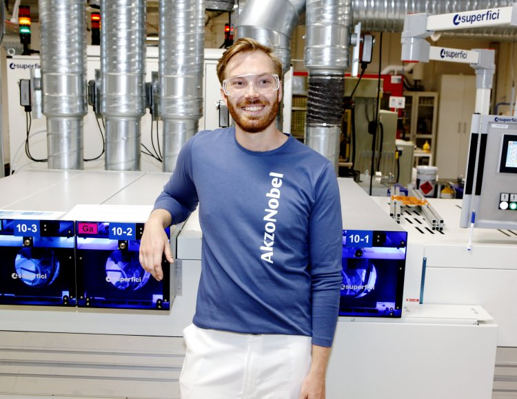 AkzoNobels utvecklingsingenjör Tobias Svensson visar upp laboratoriet.