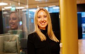 Sara Larsson står vid en glasvägg på Samsungs kontor.
