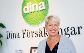 Anne-Marie Dangler står framför Dina Försäkringar-loggan.