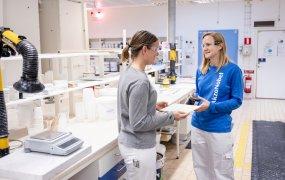 Elinor Löf-Nilsson står i ett av AkzoNobels labbrum tillsammans med en kollega.