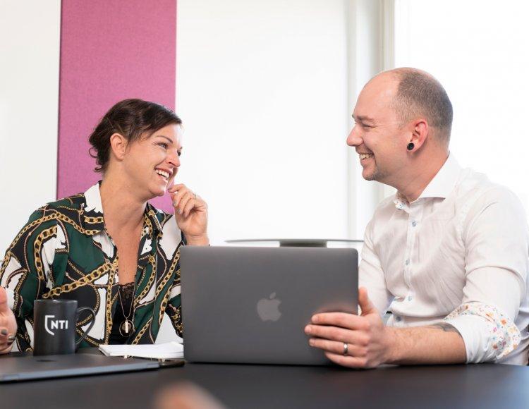 Skolchefen Ellen med kollega sitter i möte med varsin dator på huvudkontoret.