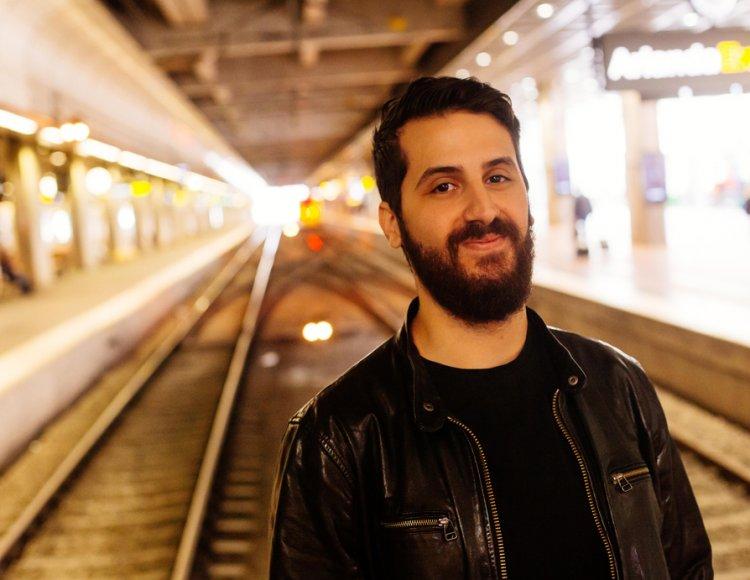 Daniel Cagatay står på tomma järnvägsspår i en tunnel på Centralstationen i Stockholm.