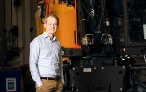 Joakim Arndorw står i ett maskinrum på Lantmännen.