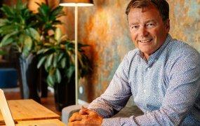 Lars Billström på SecureLink sitter i en soffa och ler in i kameran.