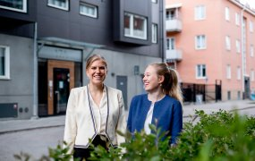 Glada Beatrice och Emma framför ett Uppsalahems bostäder.