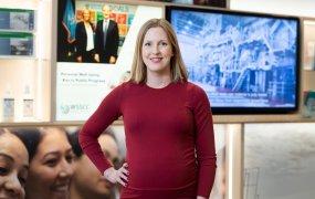 Ellen Stenmar står i Essitys lokaler framför tv-skärmar.