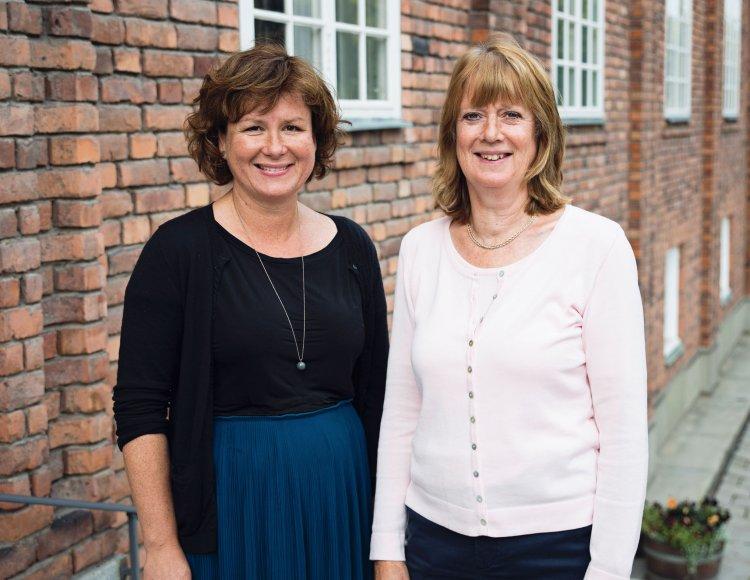 Theresia Lasu Waleij, HR-chef och Gunilla Ström, HR-chef står tillsammans utanför huvudkontoret.
