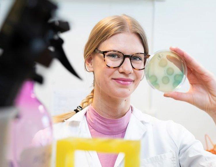 Kajsa Malmberg klädd i laboratoriumrock i labbet på RISE.