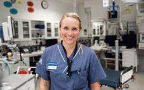 Sara Schulz står i ett akutvårdsrum på Karolinska sjukhuset i Huddinge.