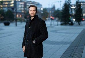 Robin Backebjörk står på ett torg i Malmö.