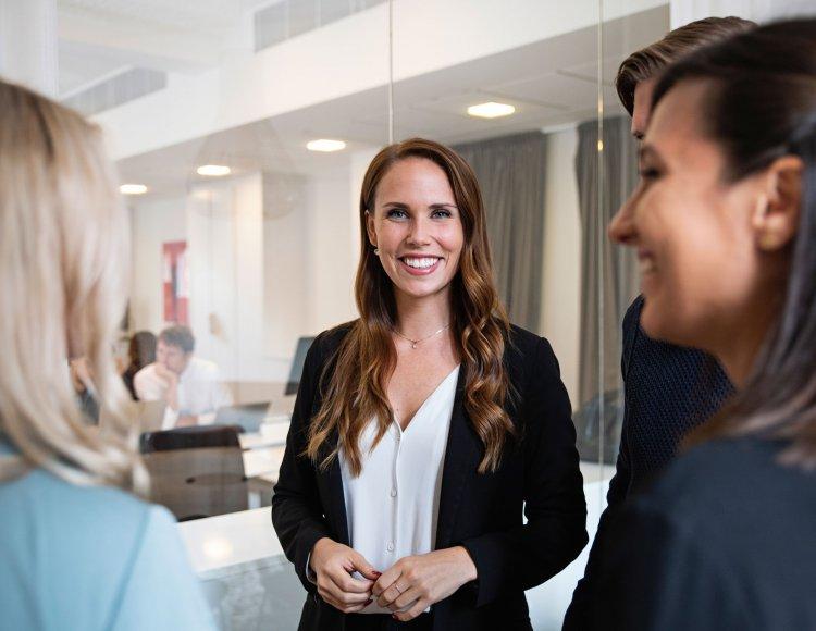 Felicia Falck på Claremonts kontor och pratar med sina kollegor.