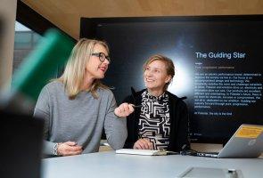 Monika Franke och Anna Ericsson står vid ett bord i Polestars lokaler.