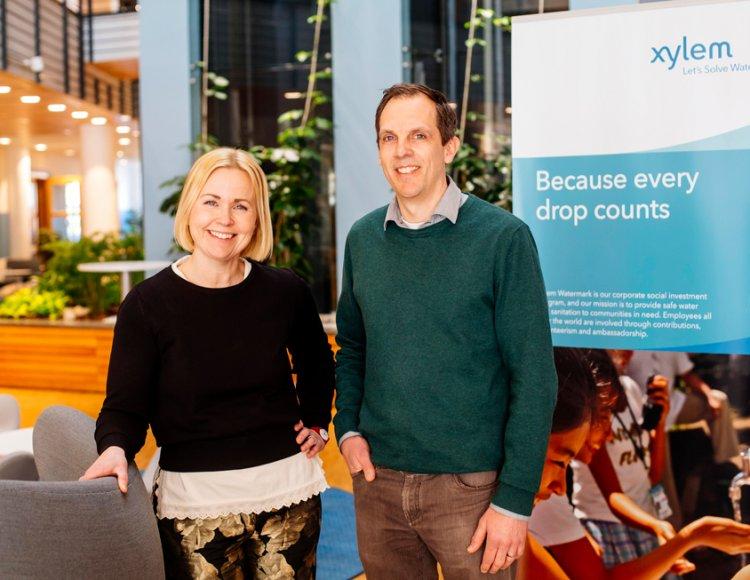 Malin Liljequist, Senior Project Manager, och Mats Karlén, Technical Manager på Xylems kontor. Bakom dem syns en rollup med Xylems logga och texten: