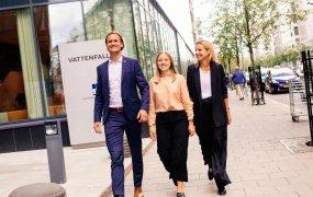 Fanny Ladebom, John Eliasson och Malin Alexis Nordin på Vattenfall går utomhus på rad bredvid varandra.
