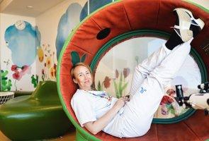 Jessica Widegren, omvårdnadschef på Karolinska Universitetssjukhuset, halvligger i en rolig stol som ser ut som insidan på en vattenmelon. Den är alltså helt rund, lite som ett ägg. Jessica har fötterna rakt upp i