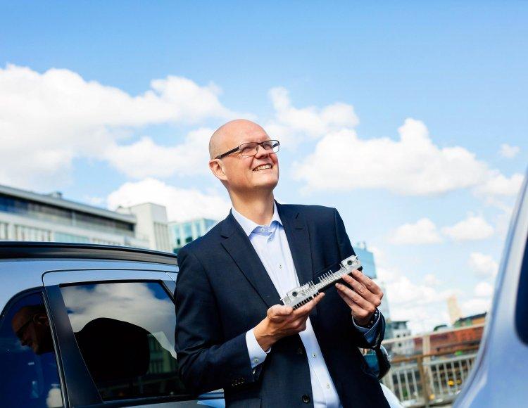 Mikko Taipale på Veoneer står utomhus framför en bil.