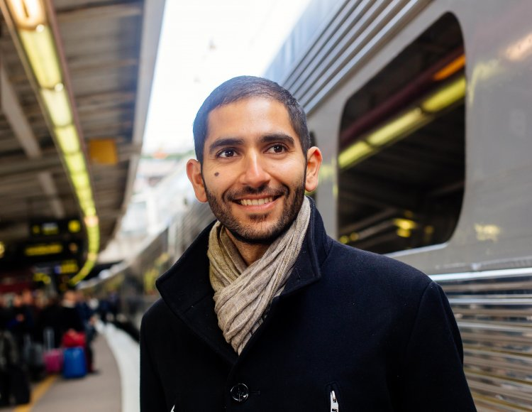 Person står vid tåg